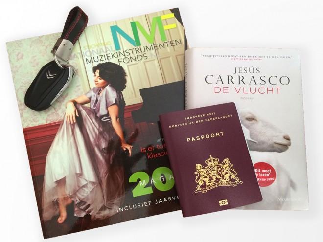 NMF jaarverslag en een ander boek en een paspoort, lezen op reis.