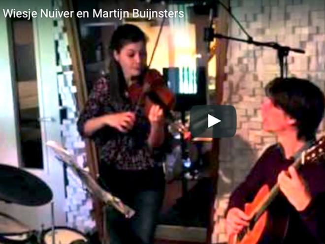 Een still van een korte video van Wiesje Nuiver en Martijn Buijnster, tijdens de opname van de commercial voor het NMF