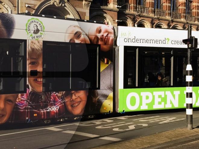 Tram in Amsterdam met promotiebelettering Havo de Hof